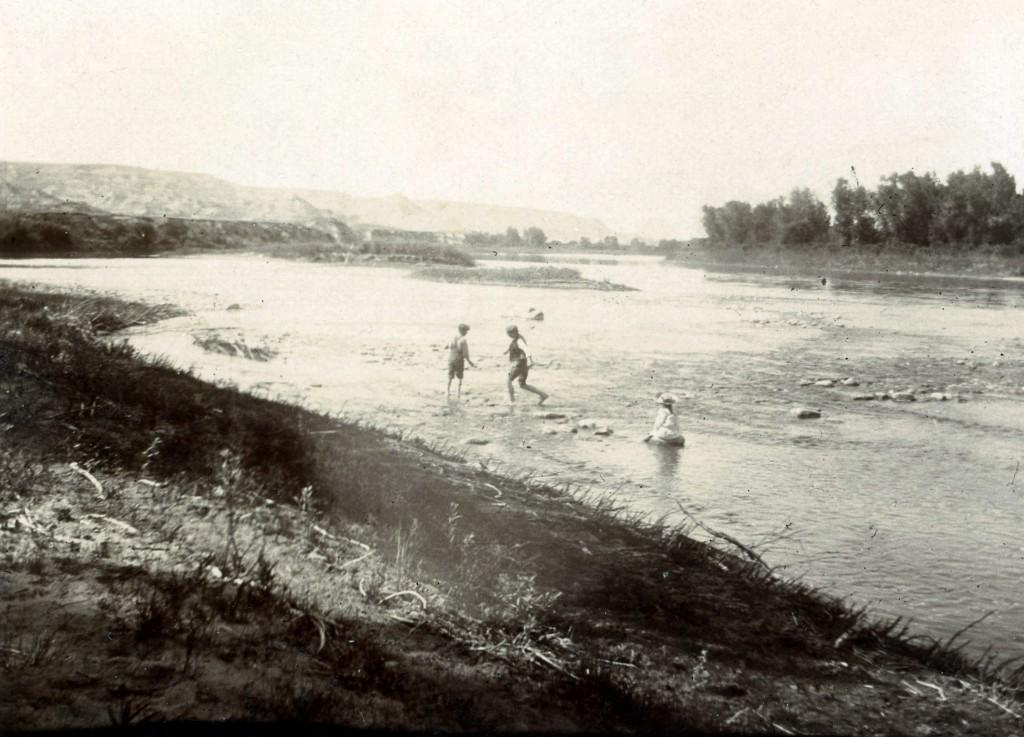 Vue de la Red Deer André Xavier Suzanne jouant dans la rivière